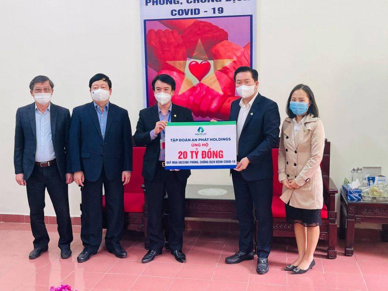 Ông Nguyễn Đức Tuấn - Chủ tịch UB MTTQ Việt Nam tỉnh Hải Dương (thứ 3 bên trái) nhận 20 tỷ đồng hỗ trợ từ đại diện lãnh đạo An Phát Holdings – ông Phạm Văn Tuấn – Q. Phó Tổng Giám đốc Tập đoàn (thứ 2 bên phải)